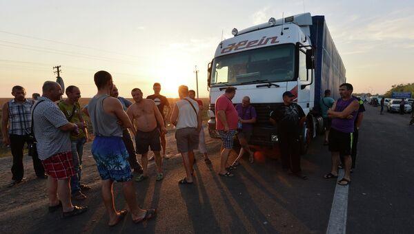 Водители грузовых автомобилей на границе Украины и Крыма у пограничного пункта Каланчак. Архивное фото
