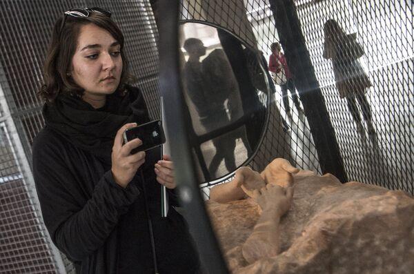 Посетительница у скульптуры Клетка IX американского скульптора Луизы Буржуа в музее современного искусства Гараж