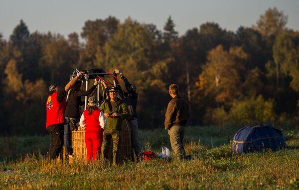 Подготовка воздушного шара к полету во время занятий воздухоплаванием в Московской области