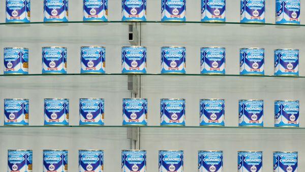 Сгущеное молоко белорусского производителя молочных товаров Рогачев на международной выставке продуктов питания Продэкспо-2015. Архив