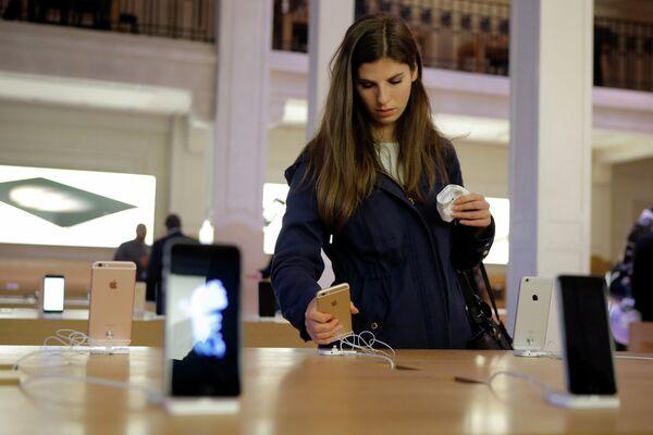 Начало продаж нового iPhone в Франции