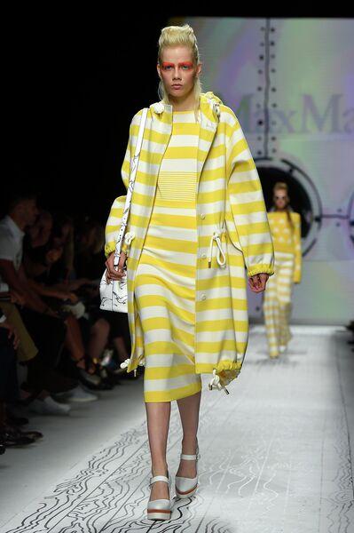 Модель во время показа коллекции Max Mara на Неделе моды в Милане