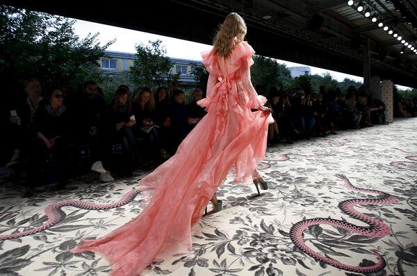 Модель во время показа коллекции Gucci на Неделе моды в Милане