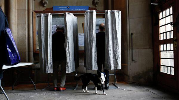 Голосование на избирательном участке в Барселоне