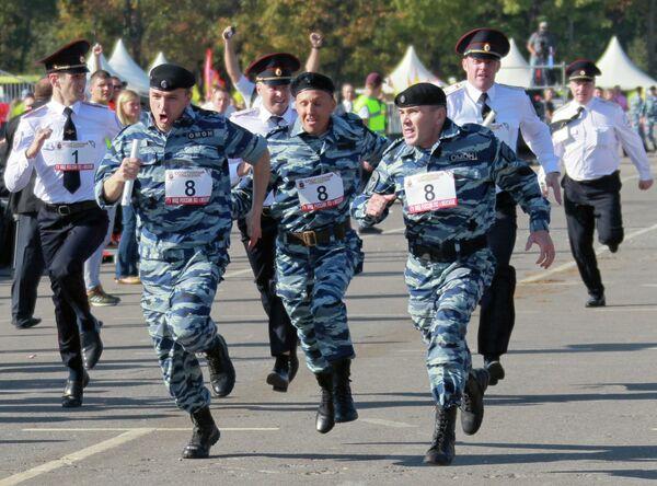 Сотрудники ГУ МВД России по Москве во время эстафеты