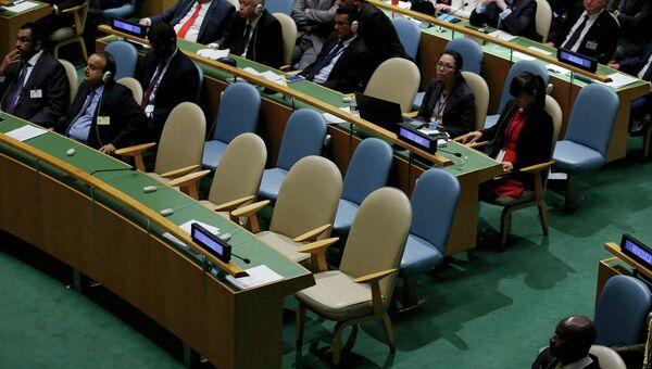 Пустые места делегации Украины в зале Генеральной Ассамблеи ООН
