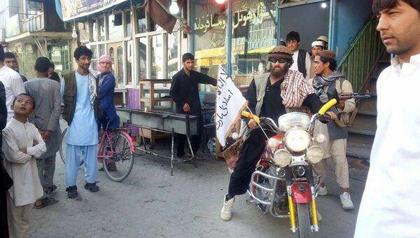 Боевики Талибана на улице в Кундузе, Афганистан.