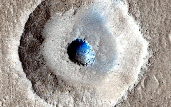 Кратер на поверхности Марса, сфотографированный на камеру HiRISE