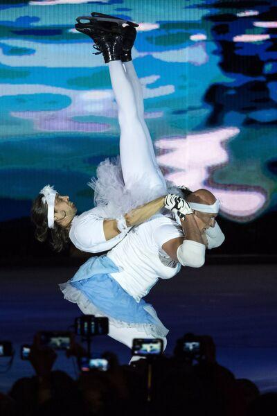 Ледовые акробаты Алексей Полищук (сверху) и Владимир Беседин выступают во время светового ледового шоу