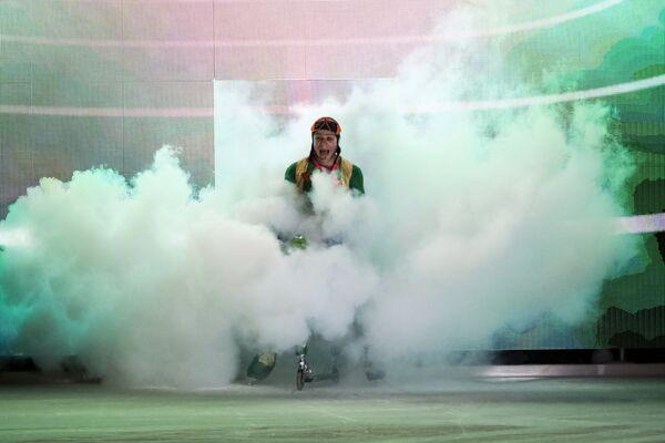 Ледовый акробат Сергей Якименко выступает во время светового ледового шоу