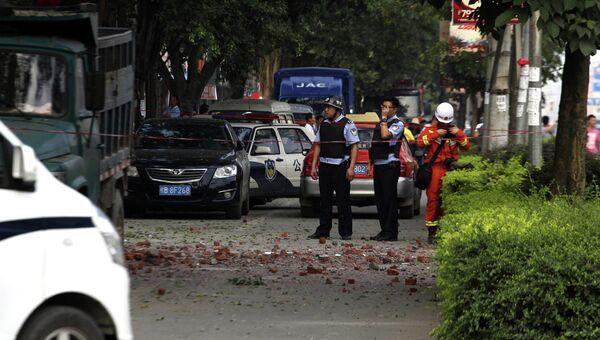 На месте взрыва жилого здания в уезде Лючэн в Гуанси-Чжуанском автономном районе на юге Китая. 1 октября 2015