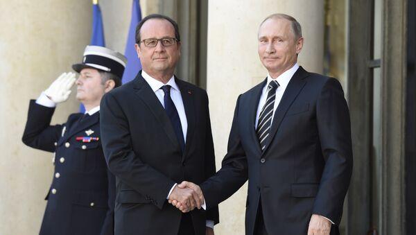 Президент РФ Владимир Путин и глава Франции Франсуа Олланд во время встречи в Елисейском дворце в Париже. 2 октября 2015