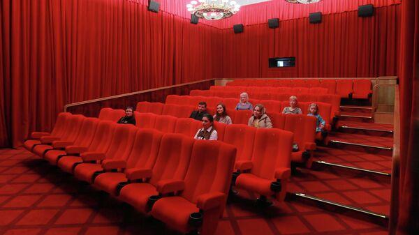 Зрители в большом зрительном зале Кинозала ГУМ в Москве