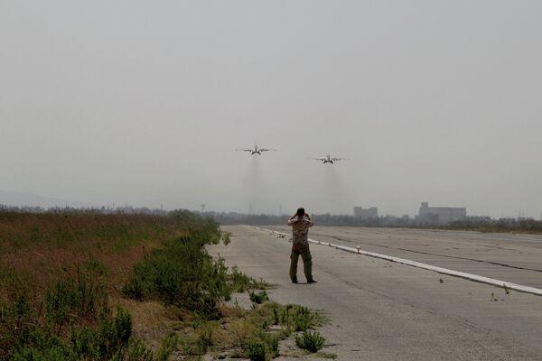 Российские самолеты Су взлетают с базы Хмеймим в Сирии