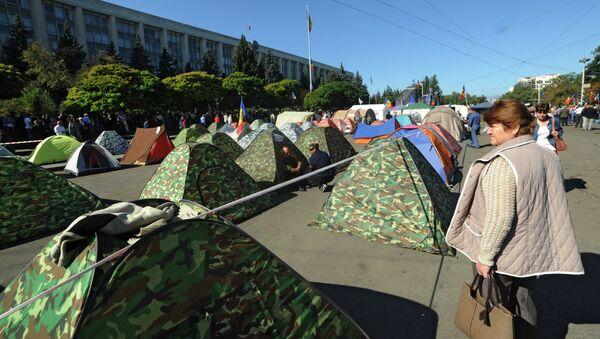 Палаточный лагерь противников действующей власти у здания Кабинета министров в Кишиневе. Архивное фото