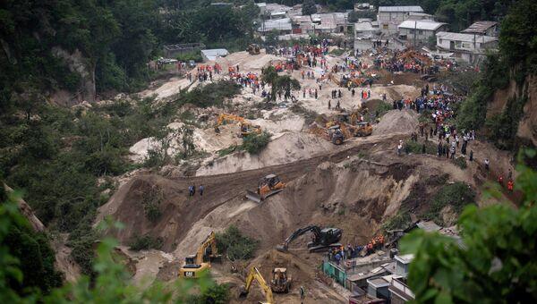 Спасатели на месте оползня в районе поселка Санта-Катарина-Пинула, Гватемала