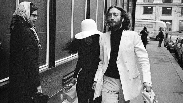 Джон Леннон и Йоко Оно на улице в Париже. 1969 год