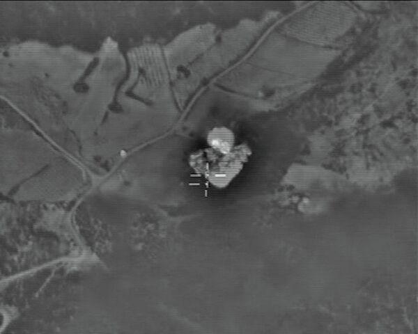 Самолеты российских Воздушно-космических сил нанесли точечный авиационный удар по складу боеприпасов Исламского государства, расположенному в районе населенного пункта Телль-Биса в сирийской провинции Хомс