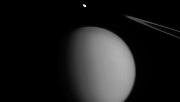 Изображение спутников Сатурна Пандоры и Титана, сделанное космическим аппаратом Кассини
