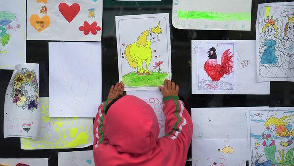 Детские рисунки во временном центре для мигрантов. Архивное фото