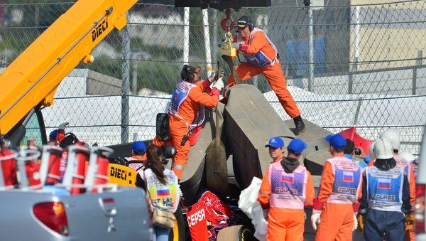 Болид гонщика Торо Россо Карлоса Сайнса-младшего эвакуируют с трассы