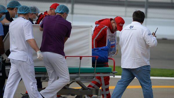 Медики эвакуируют гонщика Торо Россо Карлоса Сайнса-младшего после аварии во время третьей сессии свободных заездов на российском этапе чемпионата мира по кольцевым автогонкам в классе Формула-1.