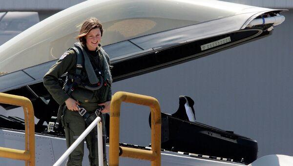 Капитан Джемми Джемисон покидает кабину самолета F-22A Raptor