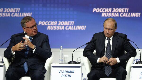Президент России Владимир Путин и президент, председатель правления ОАО Банк ВТБ Андрей Костин на форуме ВТБ Капитал Россия зовет!