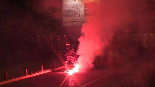 Участники акции протеста оппозиции в Черногории кидали в полицию файеры и палки