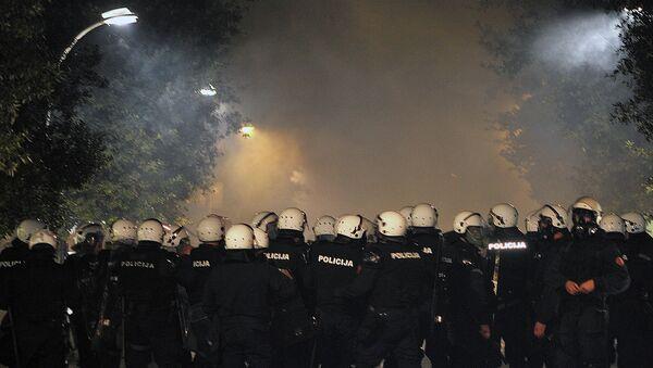 Полиция Черногории применяет слезоточивый газ во время антиправительственной акции протеста в Подгорице, Черногория. Архивное фото