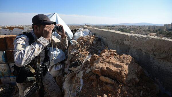 Боец местных сил самообороны на передовых позициях в городе Маадания в пригороде Дамаска
