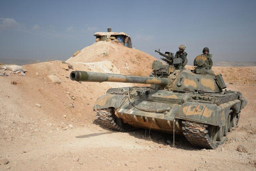 Экипаж танка Т-72 10-й дивизии 2-го корпуса Сирийской Арабской Армии (САА) на боевом дежурстве на позиции у города Катана в провинции Дамаск