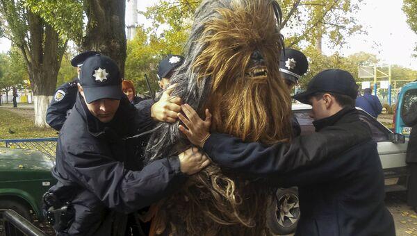Полицейские задержали человека одетого как Чубакка из Star Wars на избирательном участке в Одессе