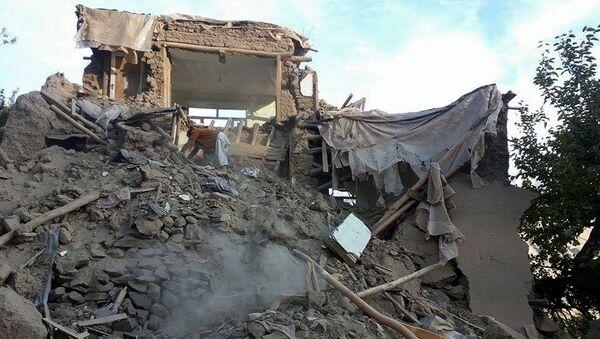 Поврежденное здание после мощного землетрясения в Афганистане.