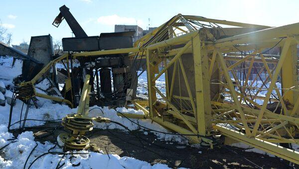 На месте падения башенного крана в Омске, в результате чего погибли четыре человека. Архивное фото
