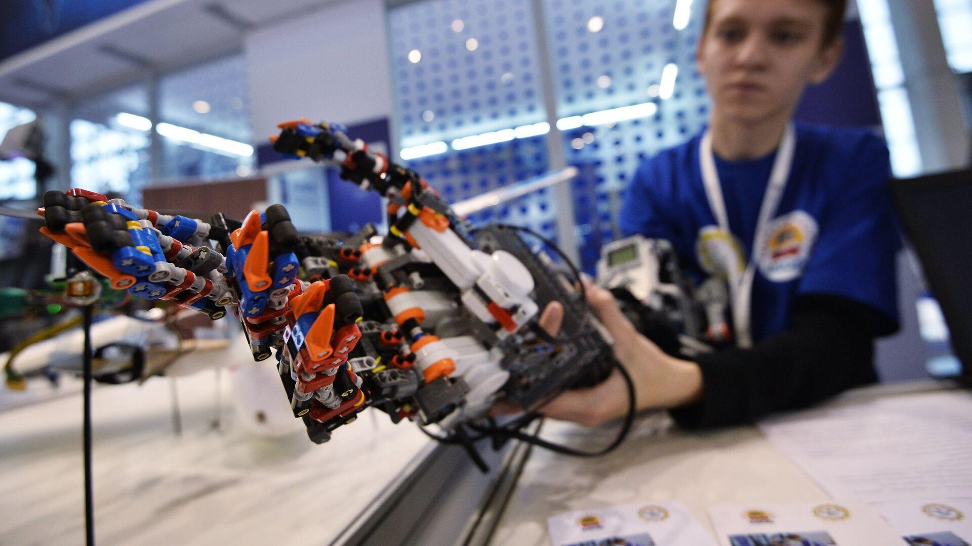 Демонстрация прототипа экзоскелета руки человека, созданного с использованием конструктора лего, на шоу технологий Открытые инновации в 75-м павильоне ВДНХ - РИА Новости, 1920, 11.09.2020