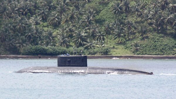 Индийская подлодка у входа в базу ВМС Индии Порт-Блэр