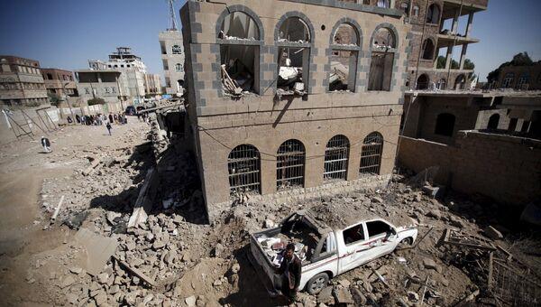 Последствия авиаудара по столице Йемена Сане