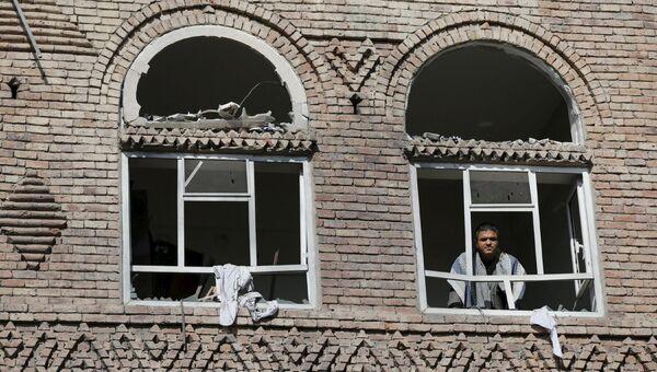 Окна в разрушенном в результате авиаударов доме в Сане, Йемен