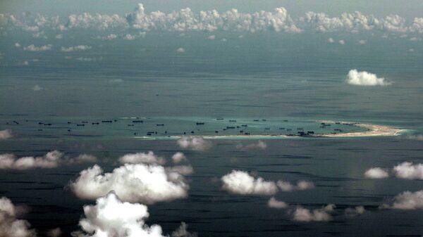 Вид из окна военного самолета на острова в Южно-Китайском море. Архивное фото