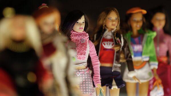 Куклы Барби на выставке, посвященной Барби в Музее культуры в Милане. Октябрь 2015