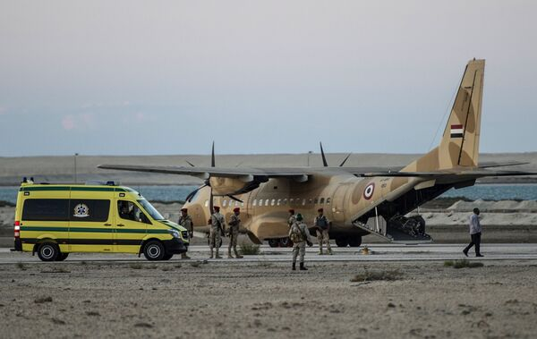 Транспортировка тел жертв крушения российского самолета на авиабазе Кабрит в Египте. 31 октября 2015