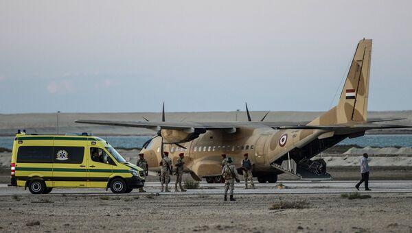 Транспортировка тел жертв крушения российского самолета на авиабазе Кабрет в Египте. 31 октября 2015
