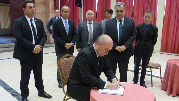 Глава МИД Турции оставил запись в книге соболезнований в посольстве РФ в Анкаре