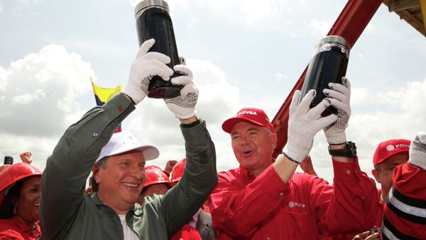 Капсулы с первой добытой нефтью на одной из нефтедобывающих платформ блока Карабобо-2 в Венесуэле