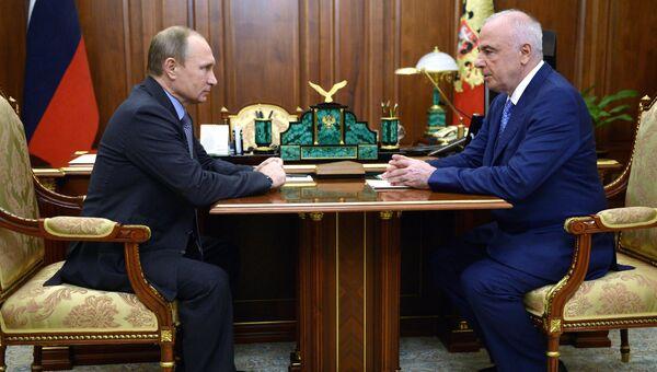 Президент России Владимир Путин и глава Адыгеи Аслан Тхакушинов во время встречи в Кремле