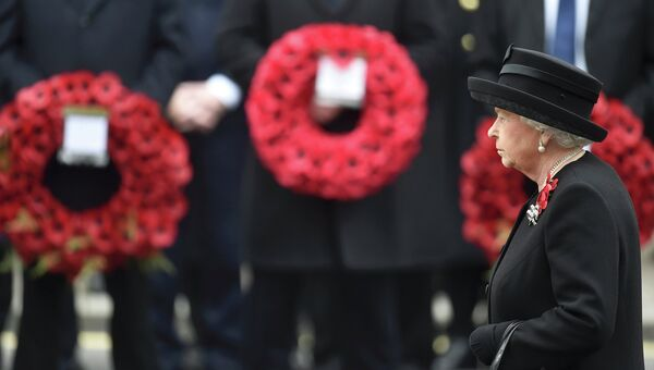 Королева Елизавета Вторая на дне памяти погибших в военных конфликтах. Великобритания, 8 ноября 2015