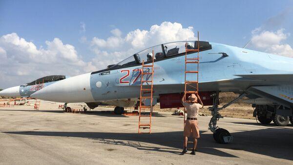 Российские пилоты готовятся к вылету на истребителе СУ-30СМ на авиабазе Хмеймим