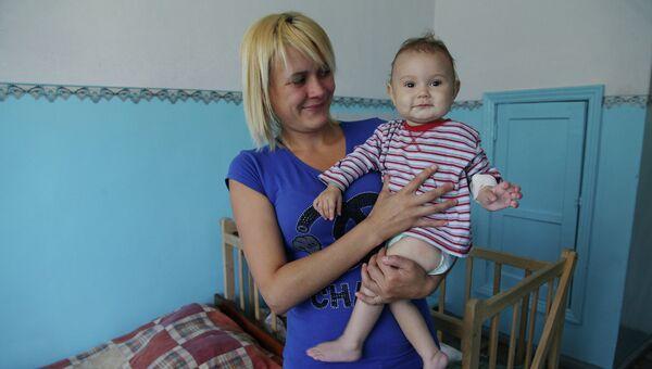 Ребенок с мамой. Архивное фото