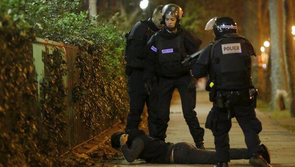 Работа полиции в зоне оцепления рядом с театром Батаклан в 11-м округе Парижа, где были захвачены заложники